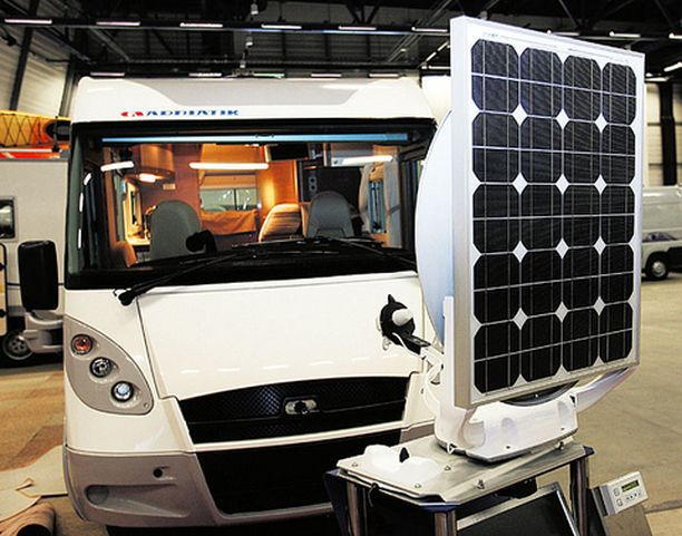 ENERGIAA Sähköpistokkeet voi unohtaa ja ryhtyä omavaraiseksi. Ten Haaftin yhdistetty aurinkopaneeli ja lautas-antenni takaavat sen, että virtaa riittää ja että digikanavat löytyvät. Hintaa järjestelmällä on 3 291 euroa.