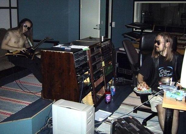Alexi Laiho ja Anssi Kippo Astia-studiolla 2000-luvun alussa.