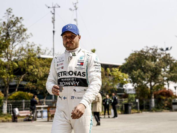Valtteri Bottas hörppii rauhassa kahvia, kun muut pohtivat hänen tulevaisuuttaan. Nico Rosbergin mukaan Bottaksen ei tarvitse olla huolissaan asemastaan Mercedeksellä.
