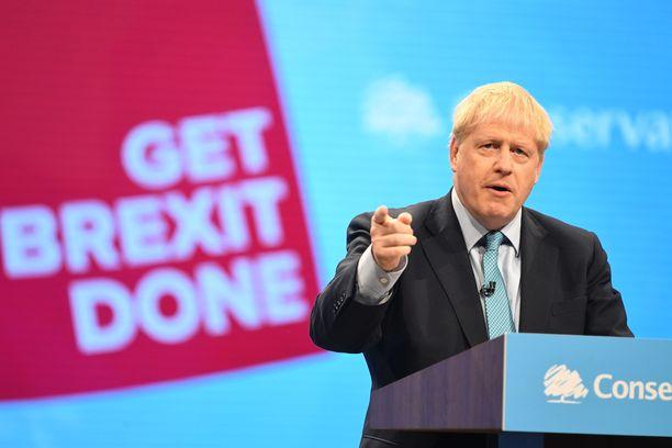 Boris Johnson valoi brexit-uskoa puolueväkensä edessä Manchesterissa keskiviikkona.