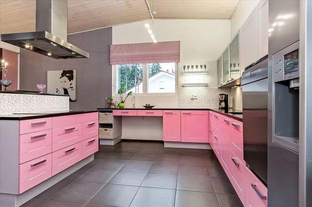 Vaaleanpunainen teema jatkuu läpi koko talon. Tällaista keittiötä et ole ennen nähnyt!
