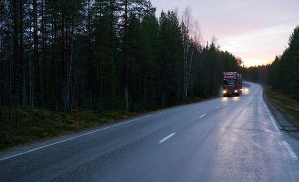 Esitutkinnan perusteella on ilmeistä, että nainen törmäsi henkilöautolla linja-auton keulaan tahallaan.
