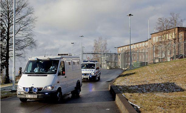 Breivikiä lähdettiin kuljettamaan oikeuteen Ilan vankilasta.