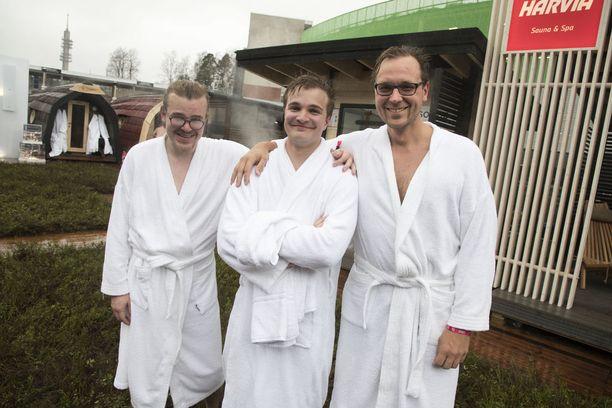 Slush-saunakylän puuhamiehiin kuuluneet Riku Mäkelä (vas.), Miki Kuusi ja Timo Ahopelto jäähdyttelivät tihkusateessa torstaina.