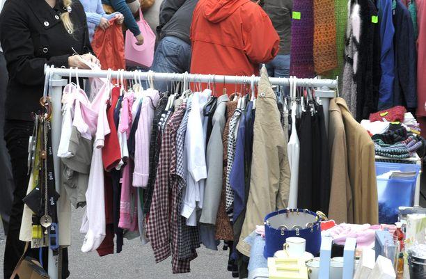 Vanhoista vaatteista itselleen tuottoisan bisneksen kehittänyt nainen väitti, ettei tiennyt verovelvollisuudesta. Kuvituskuva.