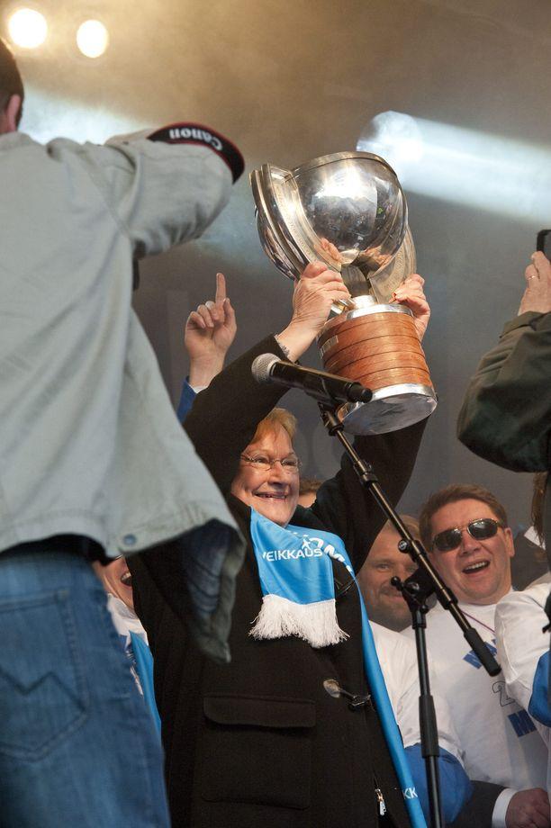 Tasavallan presidentti Tarja Halonenkin sai torijuhlissa nostaa maailmanmestaruuspokaalia.