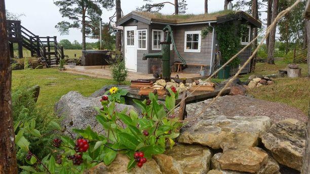 Tarja asui vuonna 2012 valmistuneessa saunamökissä remontin ajan. Saunamökin pihalla on lämmitettävä kylpytynnyri.