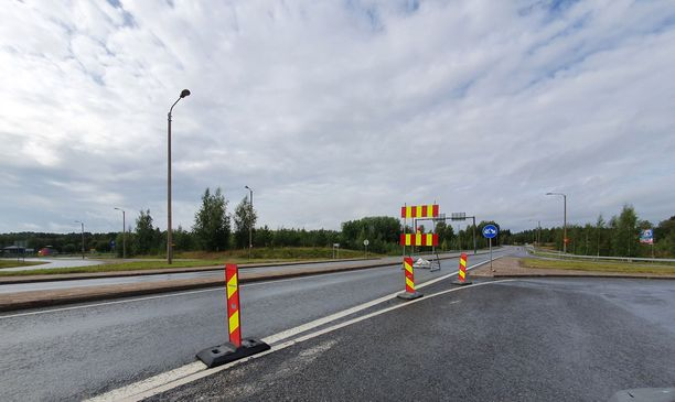 Tältä kohdalta moottoripyöräilijä ajoi tieosuudelle, joka on merkitty suljetuksi.