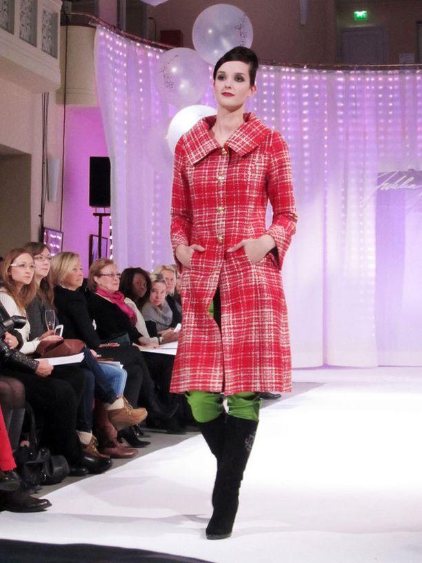 Punaruudullinen takki tai jakku piristää syksyn synkänharmaata katukuvaa.