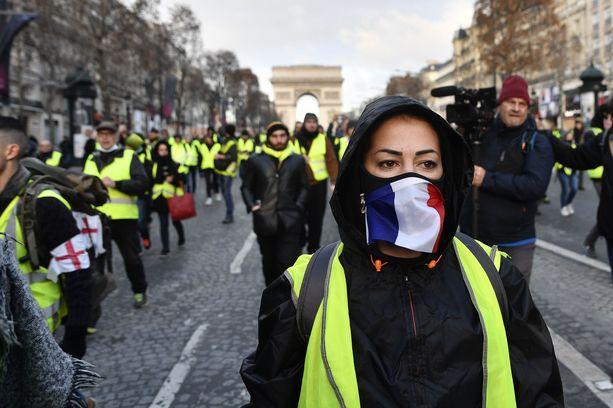 Osa mielenosoittajista on peittänyt kasvonsa.