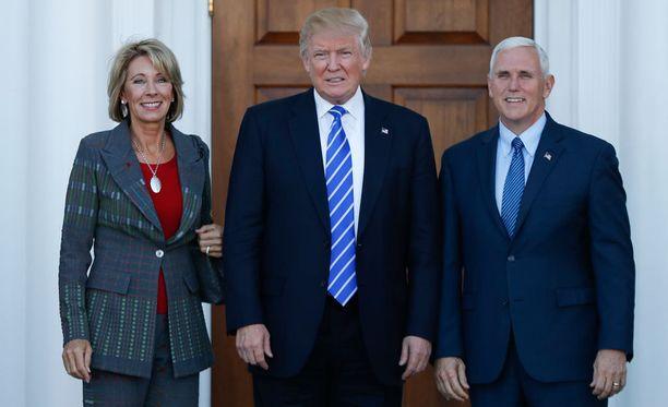 Trumpin koulutusministeri Betsy DeVos (vas.) sekä varapresidentti Mike Pence (oik.).