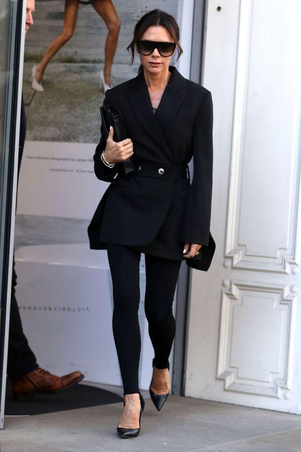 Victoria Beckham pukee leggingsit bleiserin ja korkkareiden pariksi. Kun jakun helma peittää takamuksen, on lopputulos takuulla tyylikäs.