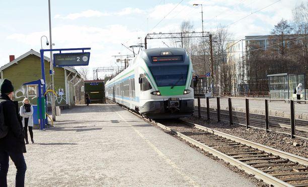 Häiriö radalla myöhästyttää juhannustorstain junaliikennettä Riihimäen ja Hämeenlinnan välillä.