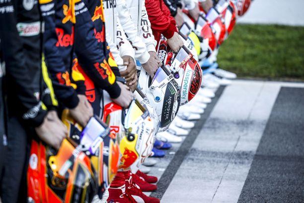 F1-kuskit saattavat polvistua ennen sunnuntaina ajettavaa Itävallan osakilpailua.