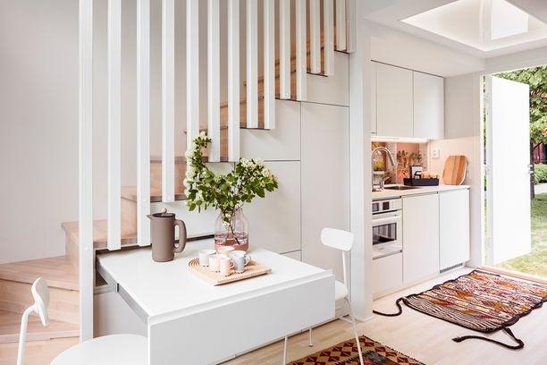 Saton 15 neliön kodissa parvelle johtavan portaikon alaosa on säilytystilaa. Sen sisään mahtuu myös ruokapöytä, jos lattiatilaa tarvitaan lisää.