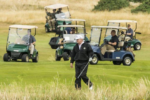 Trump lataa akkuja pelaamalla golfia. Kuva Skotlannista lauantailta.