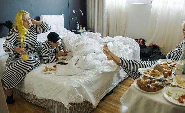Alma, Anna ja Maria Veitola viihtyvät jaksossa hyvin hotellihuoneessa.