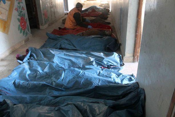 Ruumiit kasautuvat kapinallisalueilla Itä-Aleppossa. Paikalla olevien terveystyöntekijöiden mukaan hautapaikkoja on vaikea löytää.