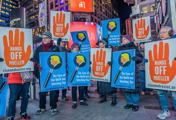 Aktivistit puolustivat New Yorkissa erikoistutkija Robert Muelleria. puolta.