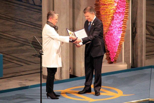 Berit Reiss-Andersen on Norjan Nobel-komitean johtaja. Arkistokuvassa myös viime vuoden rauhanpalkinnon voittaja, Kolumbian presidentti Juan Manuel Santos.