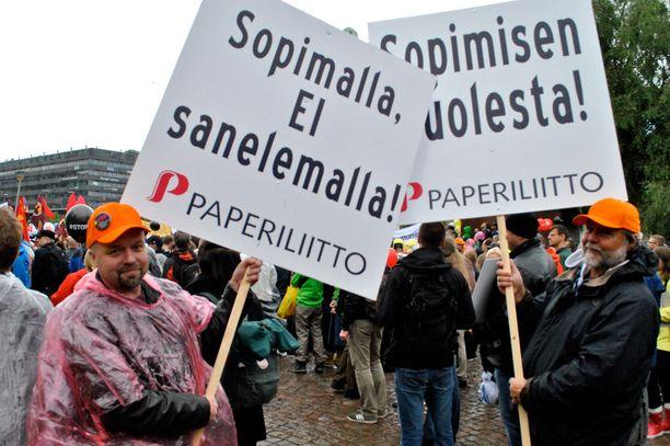 Paperiliiton miehet Juho Kautto ja Veikko Mattila vetosivat kylteillään, että asiat pitää hoitaa entiseen malliin sopimalla, ei sanelemalla.