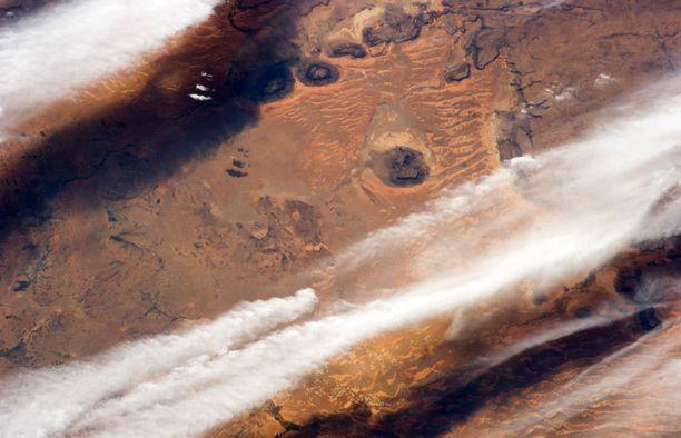Pilvet parveilevat Saharan autiomaan yllä.