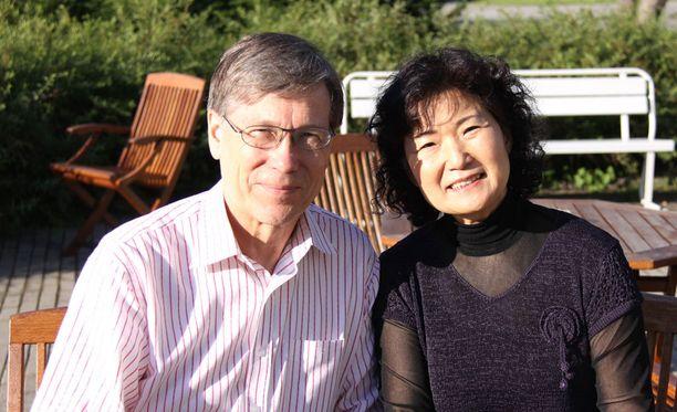 Seppo Kimanen ja Yoshiko Arai hämmästyivät uudesta matkustusasiakirjasta, josta ei ollut tiedotettu. Arkistokuva.