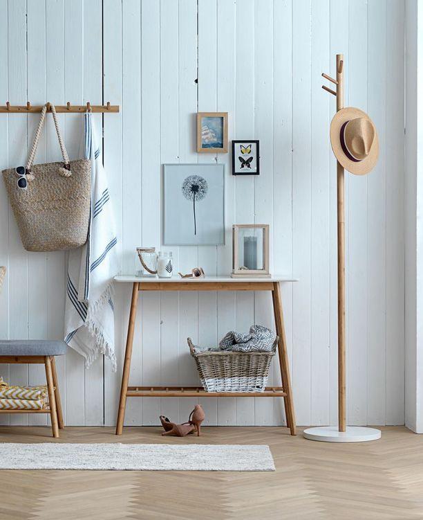 VANDSTED-sivupöytä sopii erityisesti pieneen eteistilaan, sillä sen syvyys on vain 30 senttimetriä. Se on tehty osittain bambusta, joka on nyt trendikäs valinta. Pöytä Jysk. Hinta 64,99