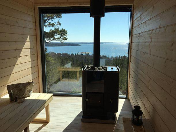 Mikä idea! Jos mökki ja sauna sijaitsevat komealla näköalapaikalla kalliolla, kannattaa ikkunastakin tehdä yhden seinän kokoinen.