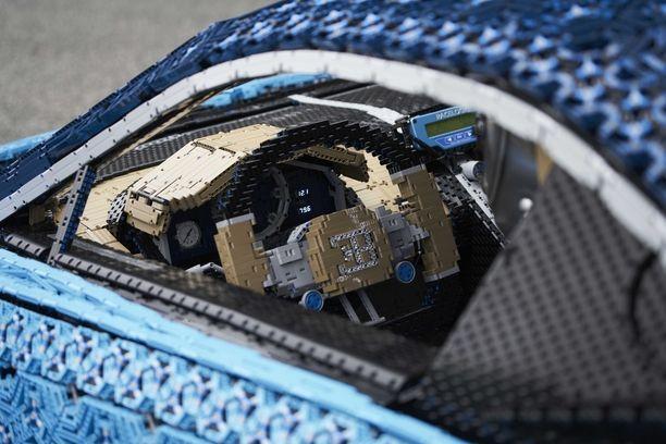 Mittaristo ja ratti ja kaikki yksityiskohdat ovat legopalikoista koottuja.
