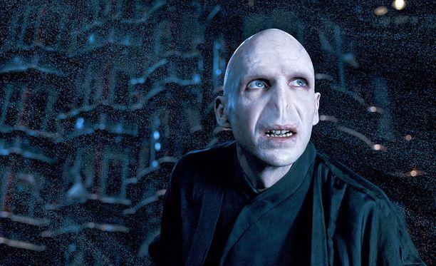 Osa Susannen kavereista näkee pannarissa Voldemortin, osa ei.
