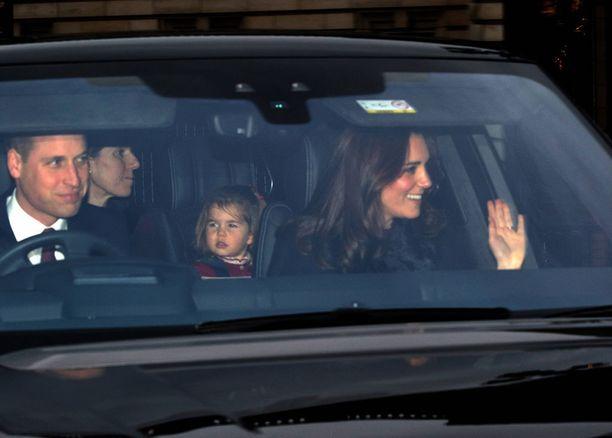 Kate vilkutteli autosta Williamin vieressä. Lapset matkustivat takapenkillä hoitajansa kanssa. Penkkien välissä näkyy Charlotte.