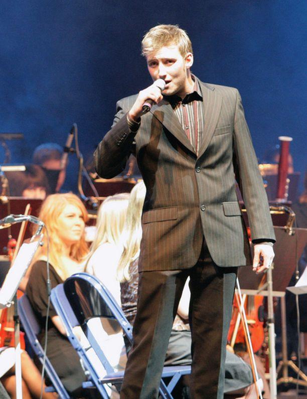 Vaskivuori big bandin solistina laulaa Lauri Mikkola.