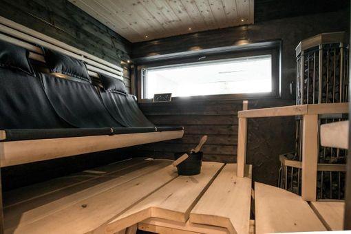 Kaksiväriset saunat ovat yleistyneet viime vuosina. Kankaiset selkänojat istuimissa tekevät saunomisesta vielä astetta rennompaa.