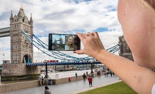 Uutuuspuhelinta mainostetaan muun muassa ominaisuudella, jolla voi yhdistää sekä etu- että takakameran kuvan yhteen.