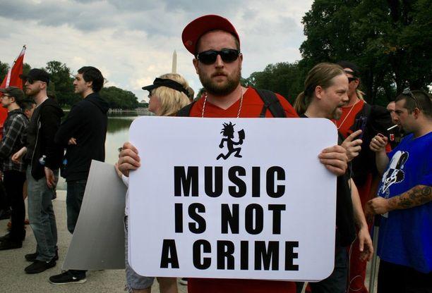 Musiikki ei ole rikos, luki mielenosoittajat plakaatissa.