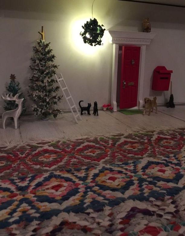 Anne Salosen tonttuovi esiteltiin maanantaina Iltalehdessä. Anne on täydentänyt tonttuoven ympäristöä muun muassa joulukuusella ja porolla.