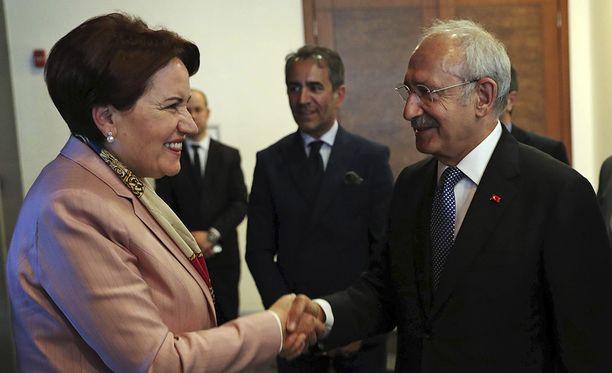 Oppositiojohtajat Meral Akşener (Ýyi-puolue) ja Kemal Kılıçdaroğlu (CHP) kättelevät yhteistyön aloittamisen kunniaksi.