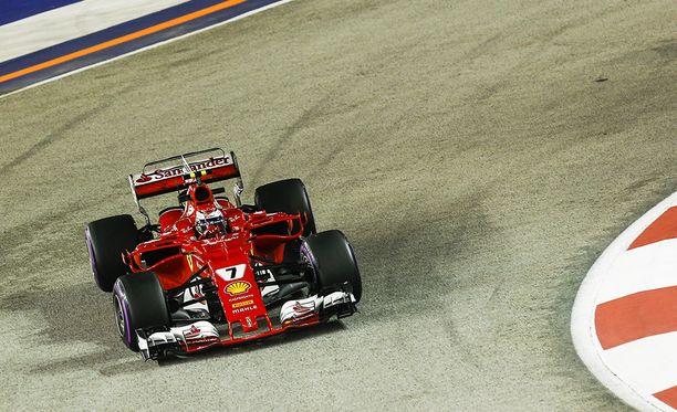 Kimi Räikkönen tukee Sebastian Vetteliä MM-taistossa.