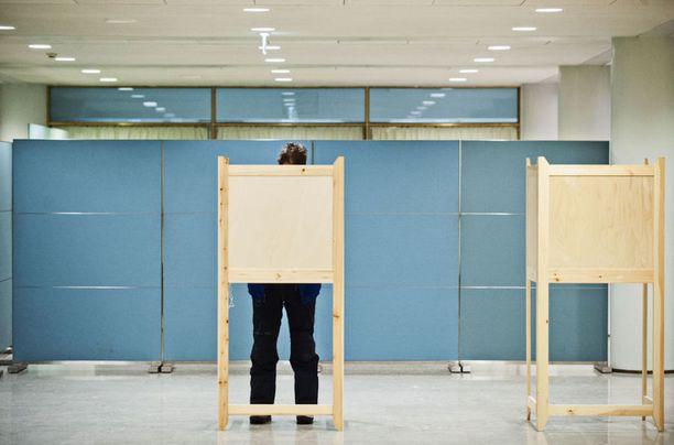 Väärän listan äänestyskopissa huomannut mies puhelimella oman ehdokkaansa numeron, mutta hän pohtii, ovatko kaikki olleet yhtä tarkkaavaisia.