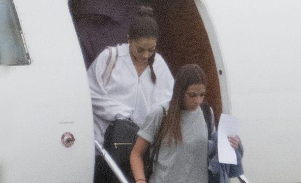 Ariana Grande saapui Lontooseen perjantaina yksityiskoneella.