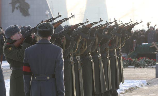 Kalashnikov laskettiin haudan lepoon asiaankuuluvasti Kalashnikovien säestyksellä.