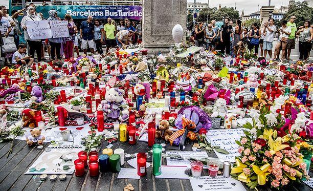 Barcelonan iskun uhrien muistolle on tuotu runsaasti muun muassa kynttilöitä, kukkia ja pehmoleluja.
