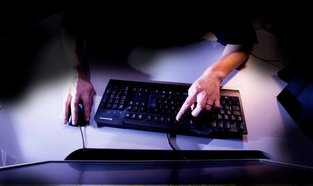 Poliisin mukaan naisen epäillään hakeneen kymmeniä pikavippejä toisten henkilöiden nimissä netin kautta. Kuvituskuva.