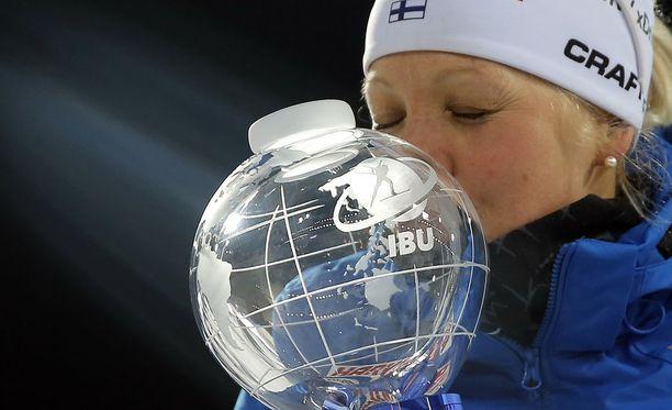 Kaisa Mäkäräinen sai maailmancupin voittajan kristallipallon.