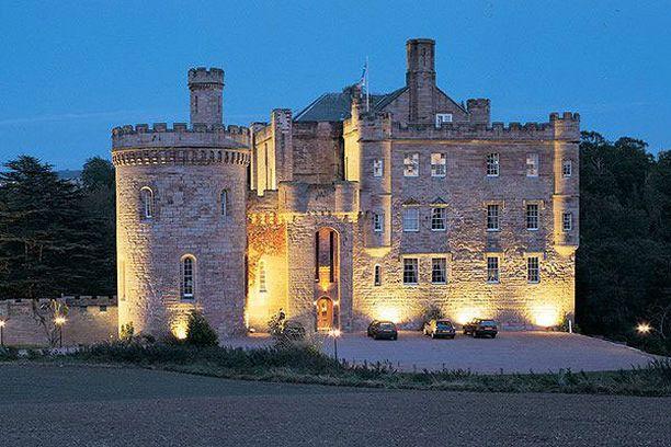 Dalhousie Castle -hotellin ravintola on rakennettu linnan entisiin vankityrmiin.