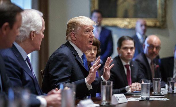 Trump keskusteli kummankin puolueen edustajien kanssa aselaeista.