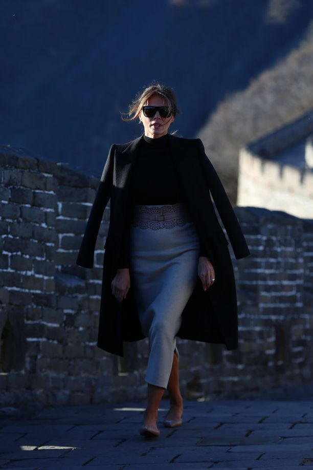 Melania Trump ikuistettiin myös Kiinan muurilla matalissa kengissään.