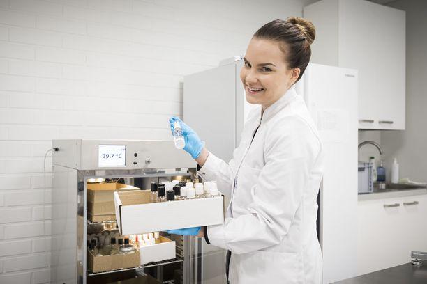 Tuotekehitystiimiin kuuluva Taru Laitinen on mukana kehittämässä kosmetiikan reseptiikkaa ja testaa kehitteillä olevia, tulevia tuotteita. Kuvan lämpökaapissa testataan tuotteiden stabiilisuutta.