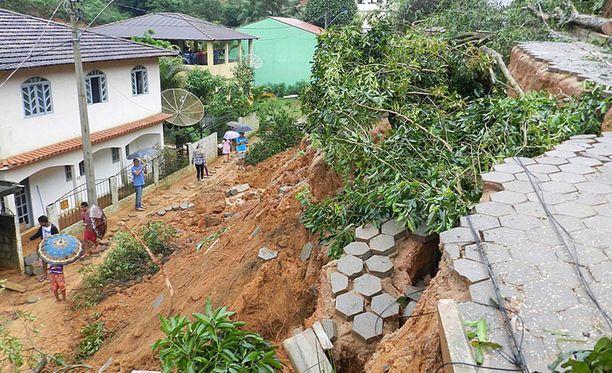 Tulvat ovat aiheuttaneet maanvyörymiä sekä rikkoneet teitä ja siltoja.